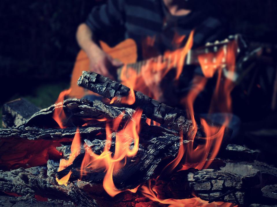Posezení u kytar a ohníčku 1